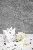 Boîte de forme de papillon de faveur de mariage photographie stock
