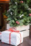 Boîte de GIF sous l'arbre de Noël Photo libre de droits