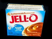 Boîte de Jello Sugar Free Butterscotch Pudding Mix sur le contexte noir Photographie stock libre de droits