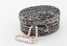 Boîte de Jewellry sur le blanc avec des perles Images stock