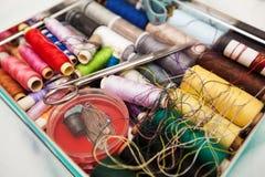 Boîte de kit de couture Photographie stock libre de droits