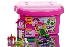 Boîte de LEGO System avec des cubes Photographie stock