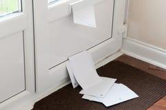 Boîte de lettre avec le courrier photographie stock
