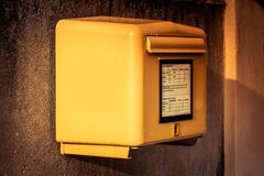 Boîte de lettre jaune allemande image stock