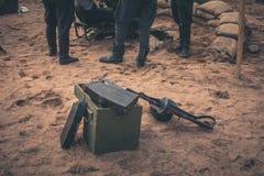 Boîte de munitions et mitrailleuse Photo libre de droits