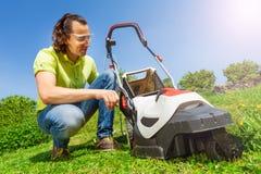 Boîte de nettoyage d'herbe de jardinier de la tondeuse à gazon images stock