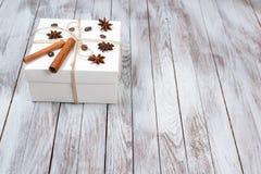Boîte de Noël décorée par la cannelle, anis, café, haricots sur le fond en bois Concept de vacances d'hiver L'espace pour le text Photos stock