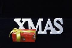 Boîte de Noël et de cadeau de lettrage d'isolement sur le fond noir Images libres de droits