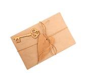 Boîte de papier d'emballage et de coeur en bois sur le fond blanc Photo libre de droits