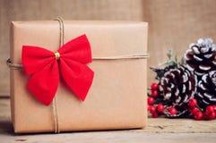 Boîte de papier de Noël avec la décoration sur la surface en bois Photo libre de droits
