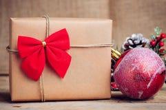 Boîte de papier de Noël avec la décoration sur la surface en bois Photographie stock libre de droits
