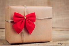 Boîte de papier de Noël sur la surface en bois Photographie stock libre de droits