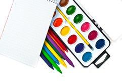 Boîte de peintures, crayons et carnet Photographie stock libre de droits