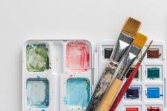Boîte de peintures et de brosses d'aquarelle photographie stock libre de droits