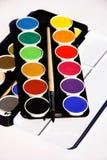 Boîte de peintures sur le fond blanc Photos libres de droits