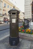 Boîte de pilier BRITANNIQUE, une boîte libre de courrier à rassembler par Royal Mail du Royaume-Uni, situé sur la grand-rue de Wi Images libres de droits