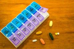 Boîte de pilule et médecine quotidienne Image stock