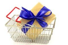 Boîte de présent de nouvelle année avec l'arc bleu dans le panier en métal d'isolement sur W Photos libres de droits