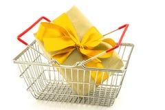 Boîte de présent de nouvelle année avec l'arc jaune dans le panier en métal Image libre de droits