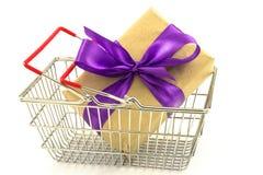 Boîte de présent de nouvelle année avec l'arc pourpre dans le panier en métal d'isolement dessus Photo stock