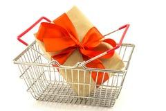 Boîte de présent de nouvelle année avec l'arc rouge dans le panier en métal d'isolement sur le wh Photographie stock