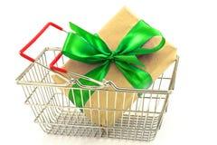 Boîte de présent de nouvelle année avec l'arc vert dans le panier en métal Image libre de droits