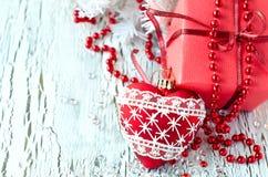 Boîte de présent de rouge de Noël avec un espace de copie de décoration de coeur Photos stock