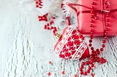 Boîte de présent de rouge de Noël avec un espace de copie de décoration de coeur Image stock