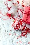 Boîte de présent de rouge de Noël avec un espace de copie de décoration de coeur Photo libre de droits