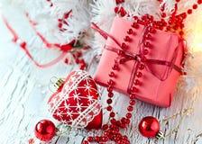Boîte de présent de rouge de Noël avec une décoration de forme de coeur Photographie stock libre de droits