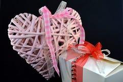 Boîte de pralines et d'un coeur rose avec un ruban Photographie stock