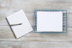 Boîte de réception avec le papier et stylo sur le bureau en bois Images libres de droits