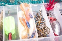 Boîte de rangement avec des accessoires pour la pêche Photographie stock