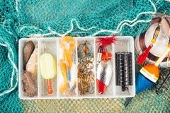 Boîte de rangement avec des accessoires pour la pêche Images libres de droits