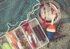 Boîte de rangement avec des accessoires pour la pêche Images stock