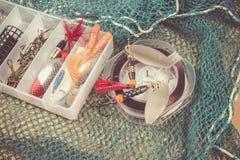 Boîte de rangement avec des accessoires pour la pêche Photographie stock libre de droits