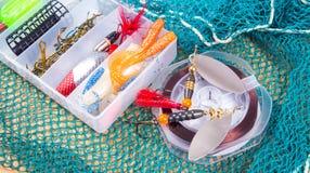Boîte de rangement avec des accessoires pour la pêche Photo stock