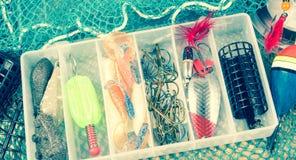 Boîte de rangement avec des accessoires pour la pêche Photos libres de droits