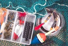 Boîte de rangement avec des accessoires pour la pêche Image libre de droits
