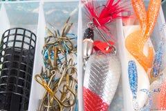 Boîte de rangement avec des accessoires pour la pêche Image stock