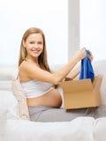Boîte de sourire de colis d'ouverture de femme enceinte Image stock