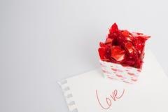 Boîte de sucrerie avec la note d'amour Image stock