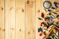 Boîte de tailleur, de coussin de goupille, de ciseaux et de fils de couture avec les bobines colorées pour le patchwork photos libres de droits