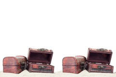 Boîte de trésor avec le sable sur le fond blanc images libres de droits