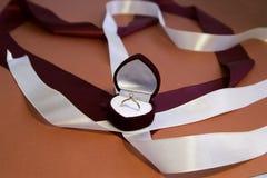 Boîte de velours avec la bague de fiançailles Fond de jour du ` s de Valentine Image libre de droits