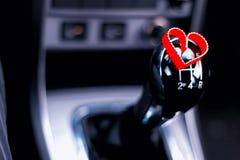 Boîte de vitesse manuelle dans la voiture avec le coeur Photo stock
