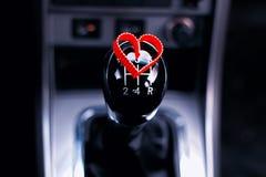 Boîte de vitesse manuelle dans la voiture avec le coeur Image libre de droits