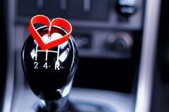 Boîte de vitesse manuelle dans la voiture avec le coeur Photos libres de droits