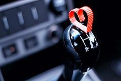 Boîte de vitesse manuelle dans la voiture avec le coeur Image stock
