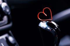 Boîte de vitesse manuelle dans la voiture avec le coeur Images libres de droits